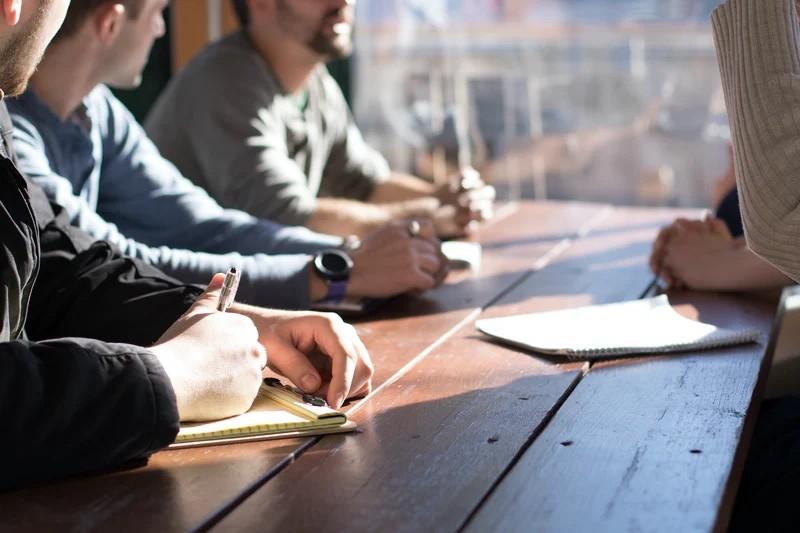Arbeitende Personen am Tisch