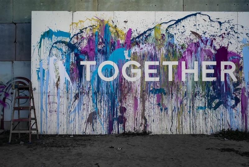 """Wand mit Farbe und dem Schriftzug """"Together"""""""