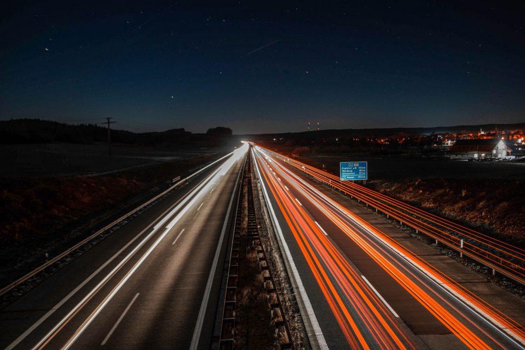 Straße mit Autolichtern